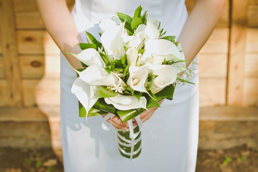 bride with white calla lily bouquet