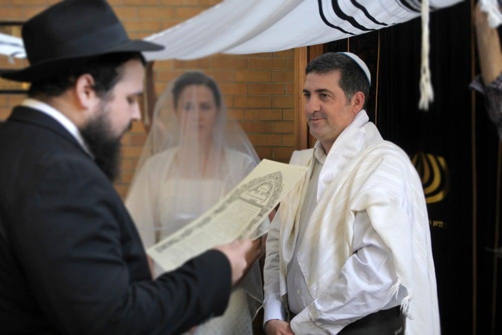rabbi speaking at jewish wedding
