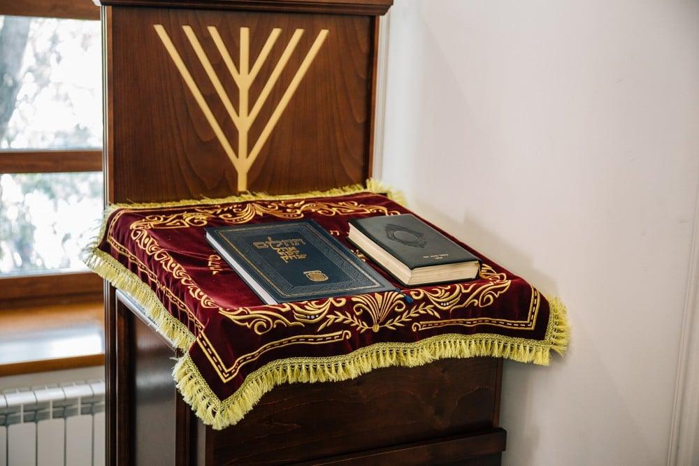 torah in synagogue