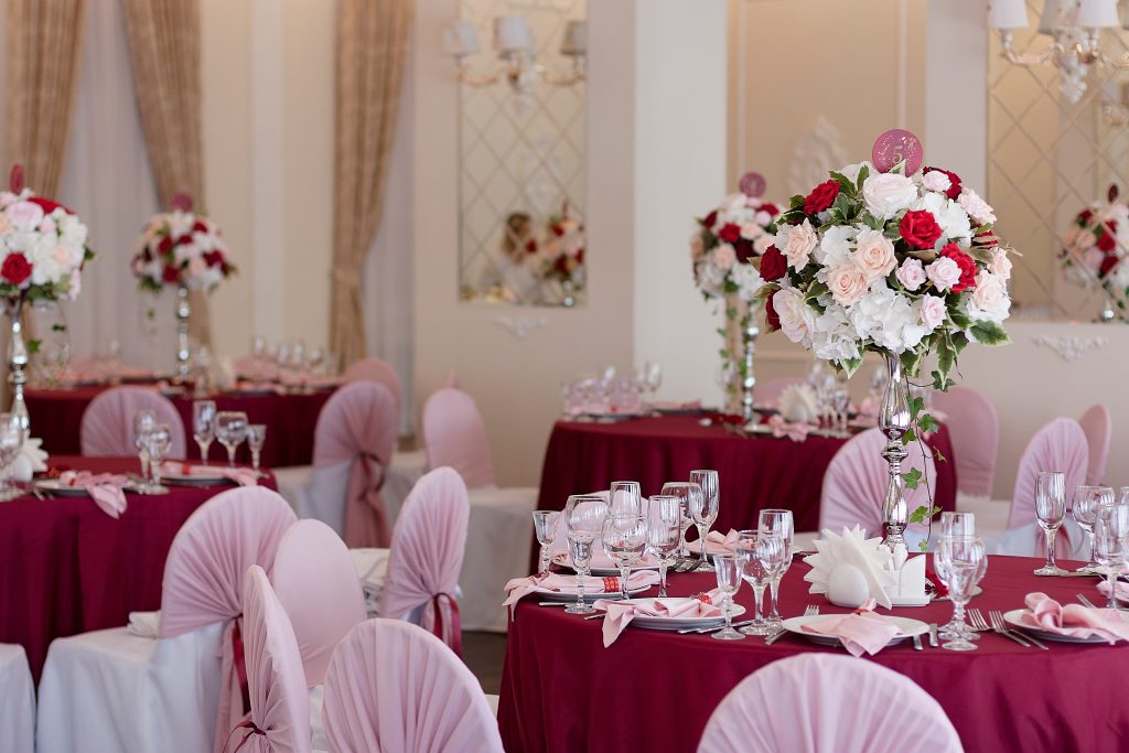 burgundy and pink wedding table settings and decorations